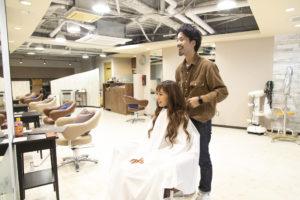 美容師と女性